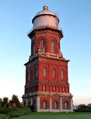 町の名物の赤レンガの水道塔