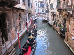 運河を行くゴンドラ