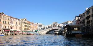 ベネチアリアルト橋を運河から見る