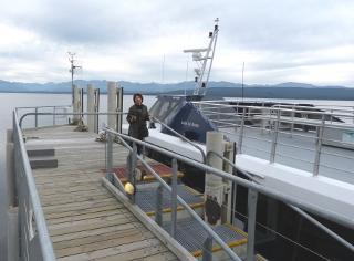 女性とツアー船