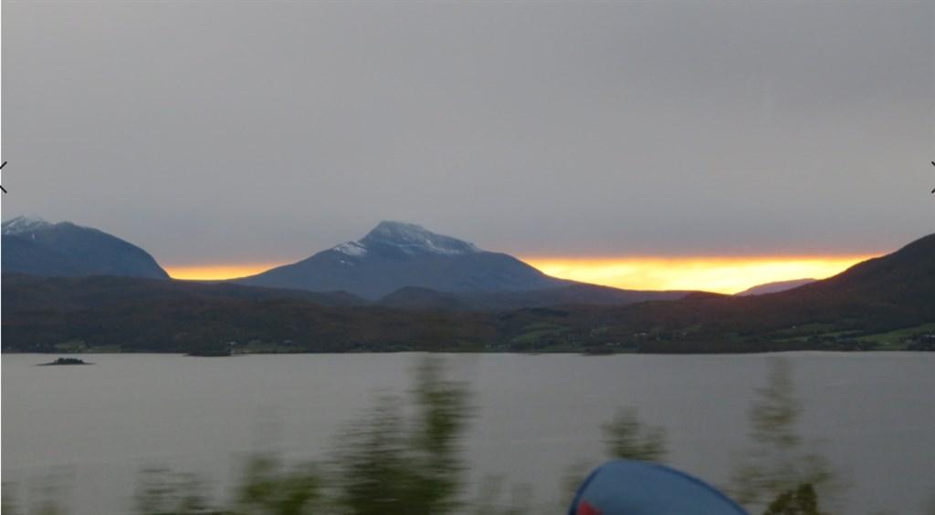 夕日と山と湖