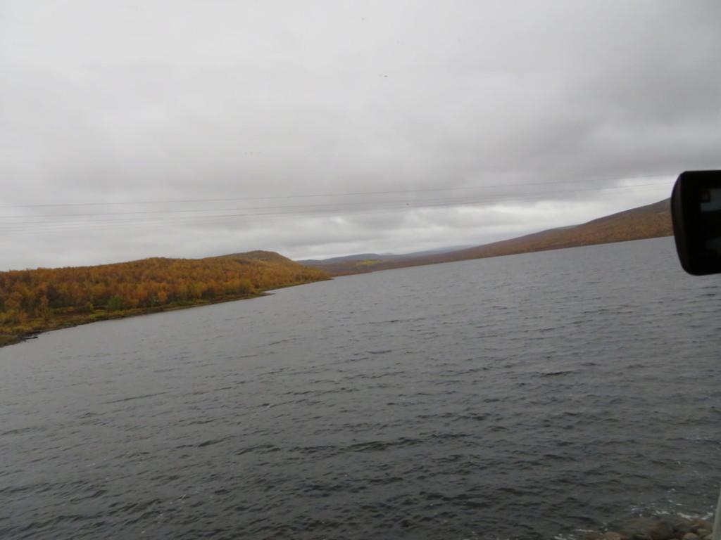 大きい湖と曇天