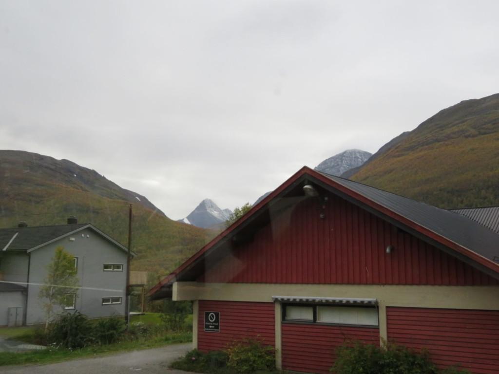 赤い壁の家と高い山