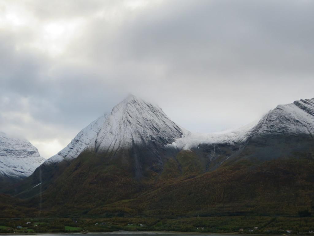 雪山にかかる雲