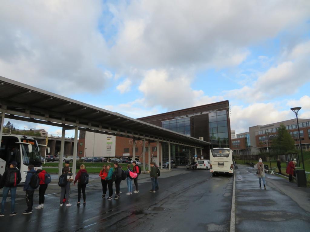 ナルヴィクでバスを待つ人々