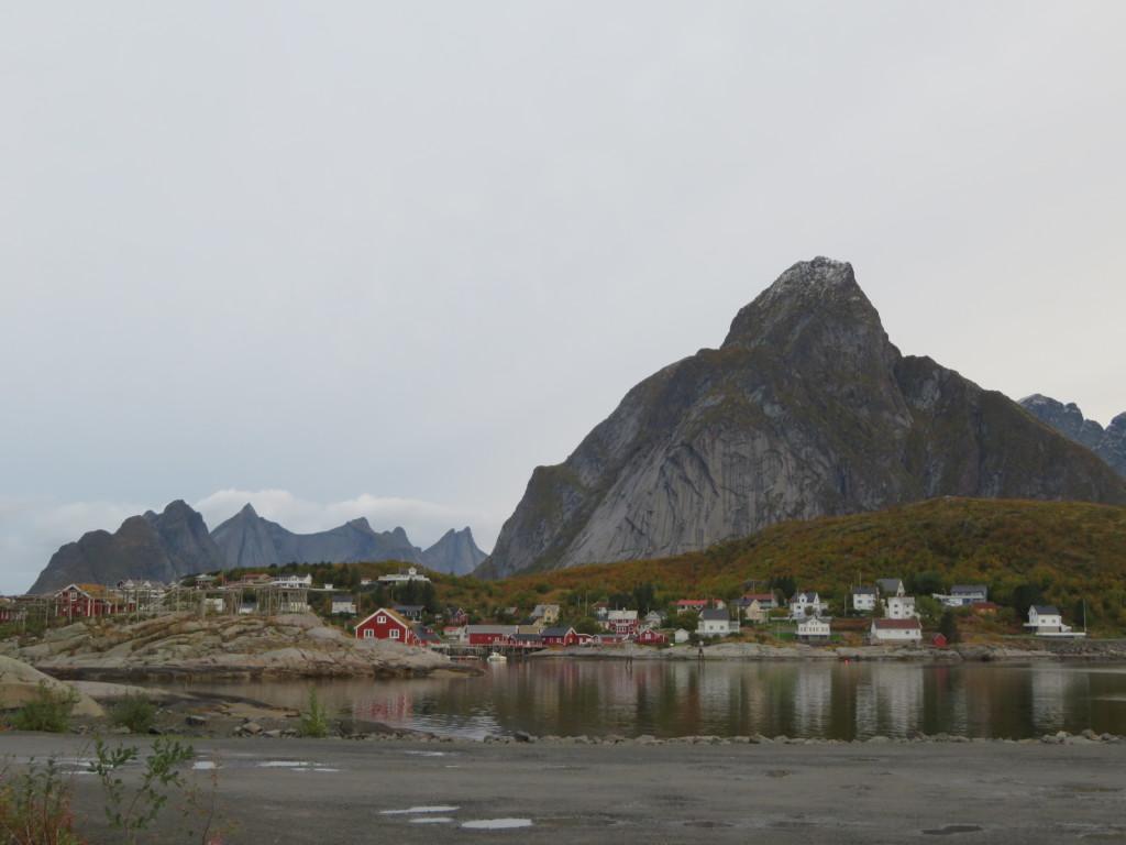 巨大な岩山とレイネの村