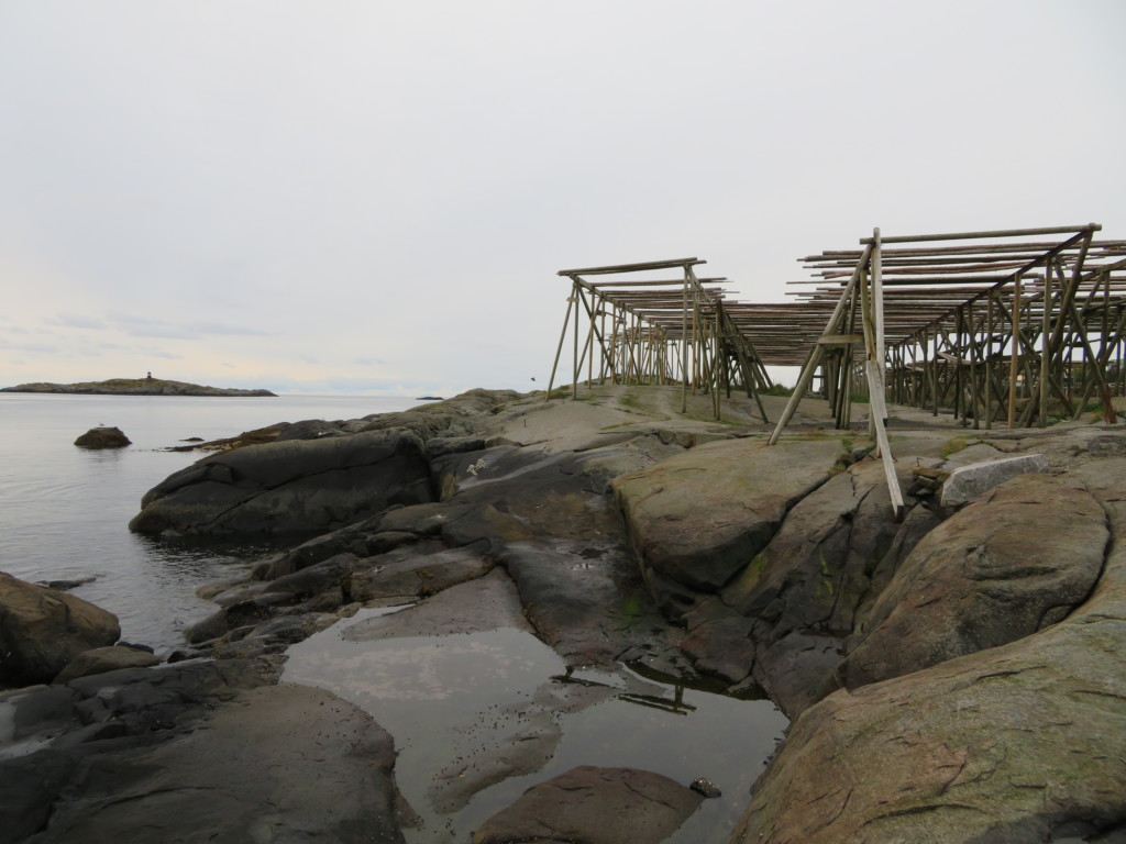 岩の上の木枠