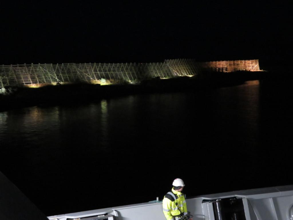 船員と光るタラ棚