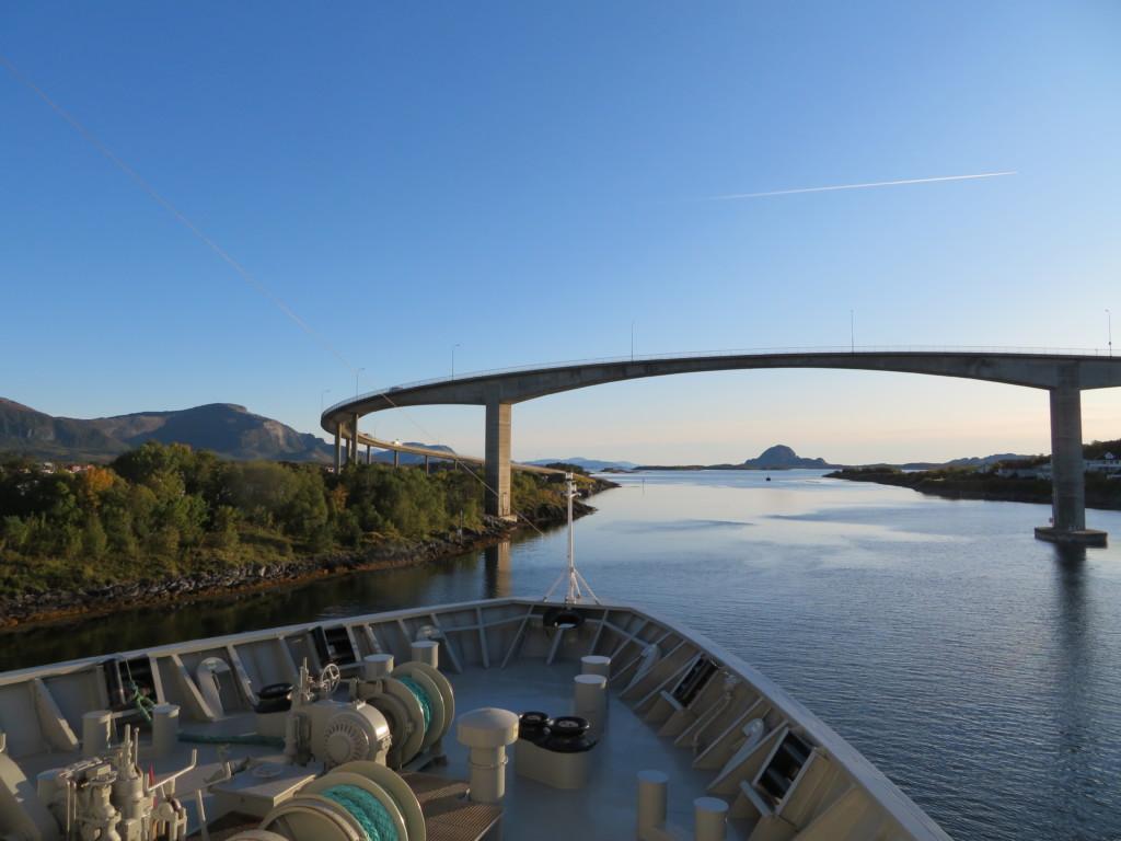 船と半円の橋